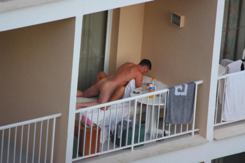 une baise sur le balcon