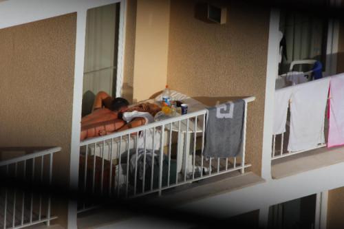 un gros cuni sur le balcon