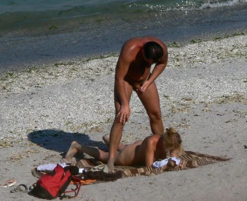 un amateur éjacule sur son dos sur une plage