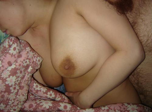 une jeunette dévoile ses seins