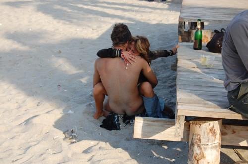 une femme est baisée à la plage