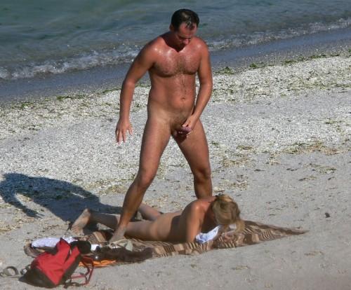 une éjaculation sur le dos sur une plage