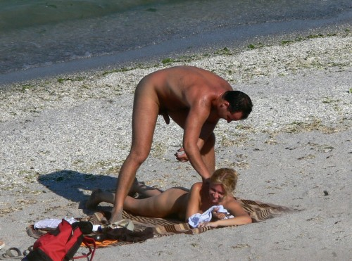 un amateur étale du sperme sur son dos