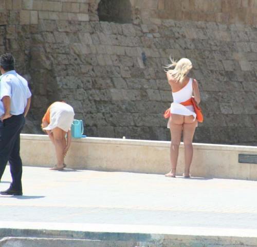 une blonde qui n'a pas de culotte