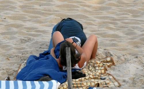 un amateur fait un cuni sur la plage