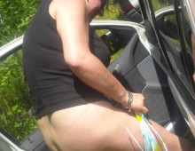 une femme met sa culotte