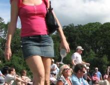 une femme en mini-jupe