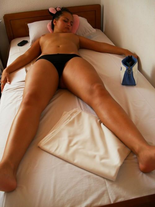 une femme dort topless