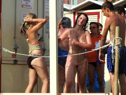 Une nudiste se douche