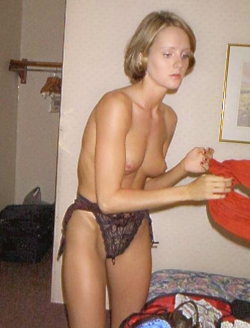 Une blonde en culotte