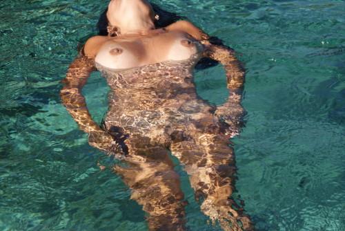 Une photo voyeur d'une femme qui se baigne à poil
