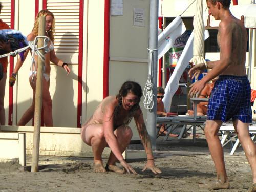 une jeune nudiste