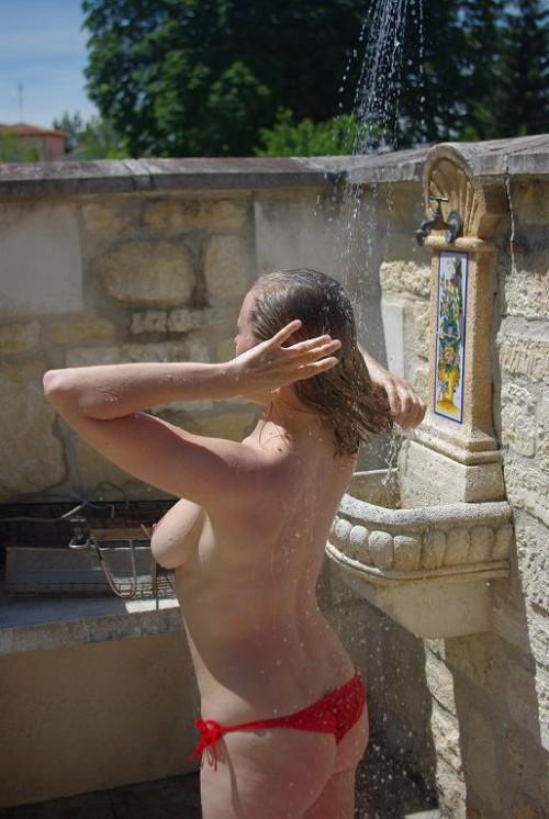 une voisine topless