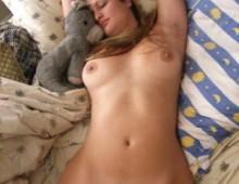 Une blonde dort nue