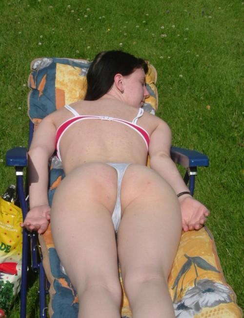 une jeune femme bronze en string
