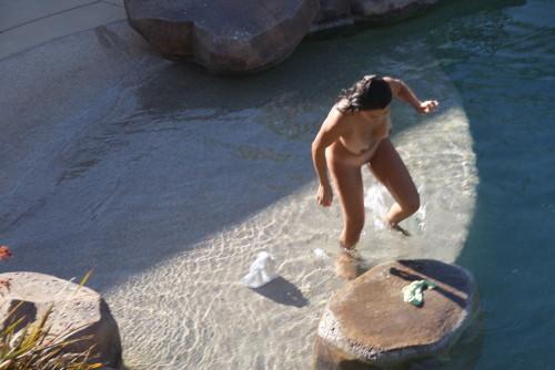 une femme nue va se baigner