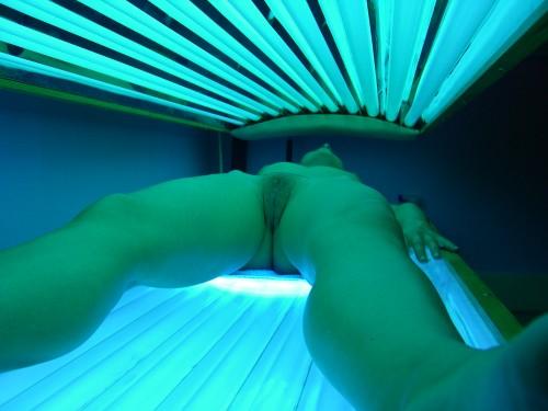 un sexe dans une cabine de bronzage