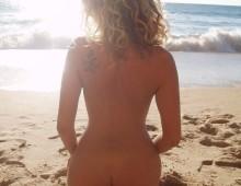 une nudiste montre son cul
