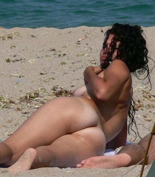 Photo voyeur des fesses d'une naturiste