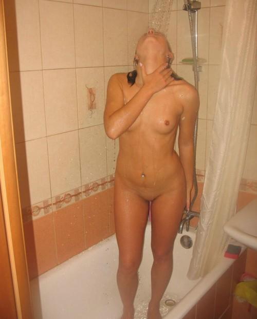 Une jeunette sous la douche