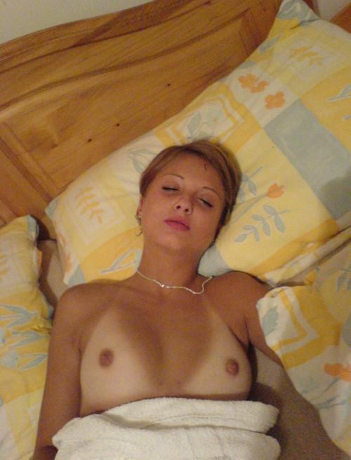 exhibe de petits seins