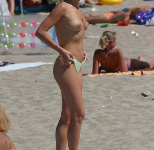 une coquine en string sur la plage