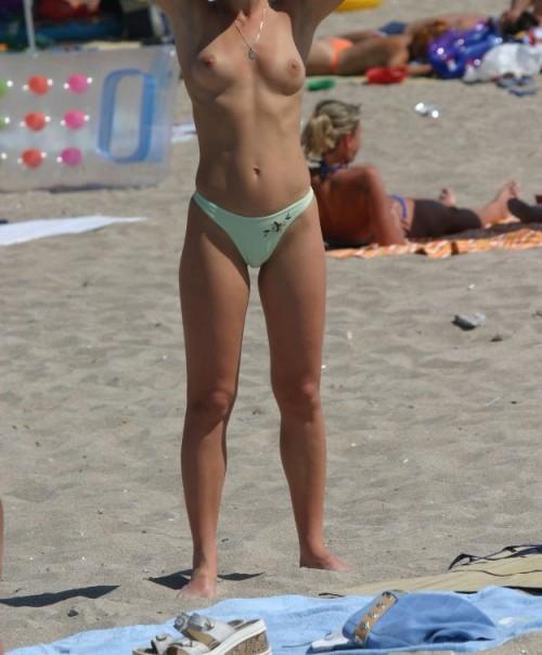 une femme topless sur la plage