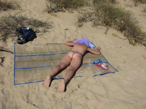 les fesses d'une nudiste