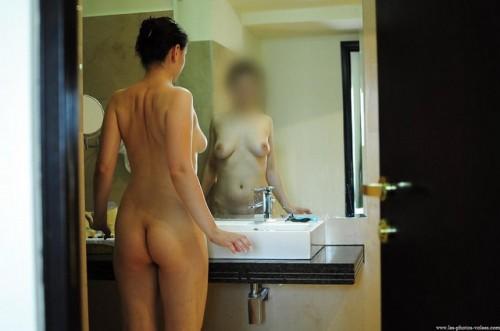 une femme nue dans la salle de bain