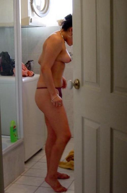 topless dans la salle de bain