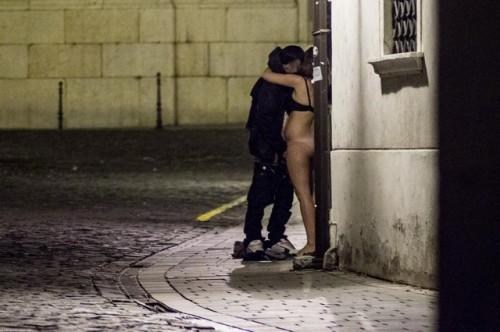 baise dans une ruelle