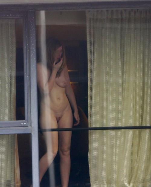 femme nue à la fenêtre