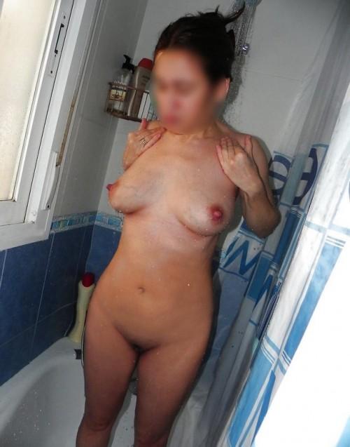 femme à poil sous la douche