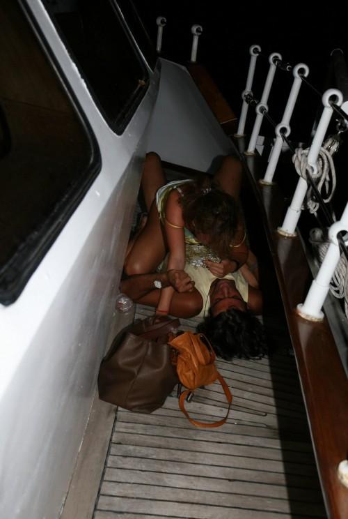 baise sur le pont d'un bateau