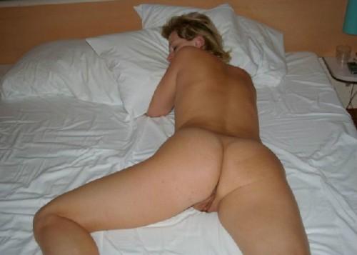 belles fesses d'une femme qui dort nue