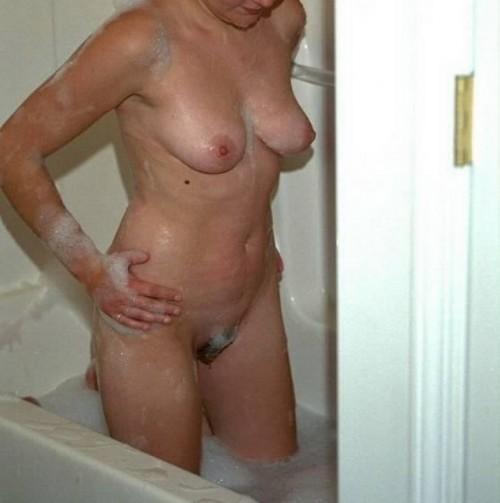 femme nue dans son bain
