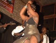 femme sans culotte danse