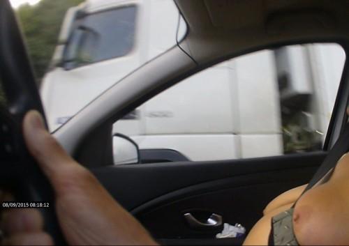 Montrer ses seins en voiture
