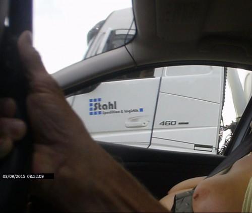 des gros seins dans une voiture