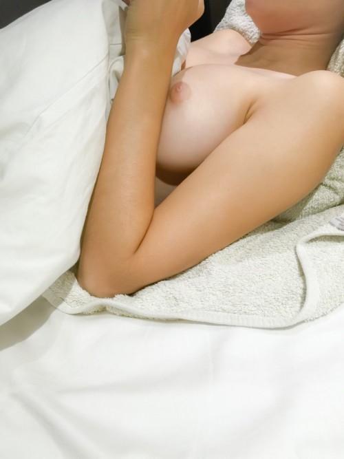 des seins nus au lit