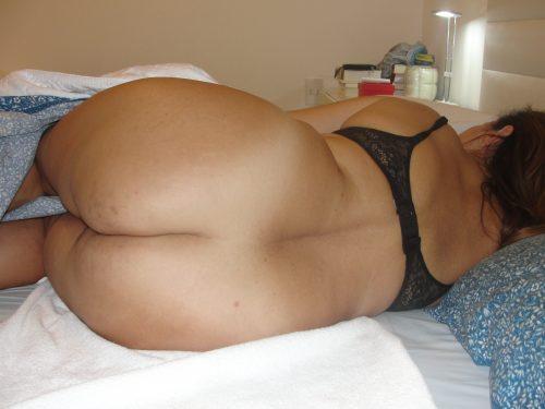 Les grosses fesses de sa femme presque nue