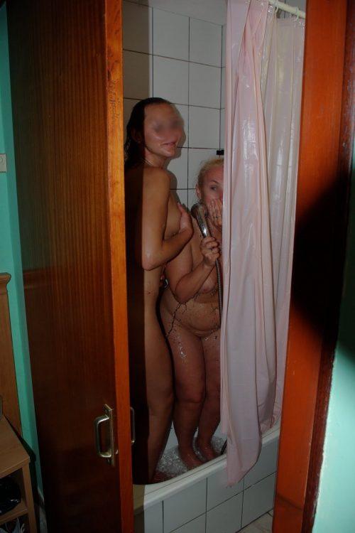 deux copines sous la douche