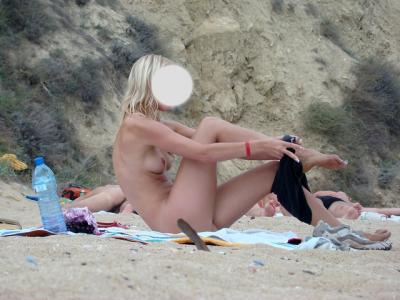blonde naturiste enlève sa culotte