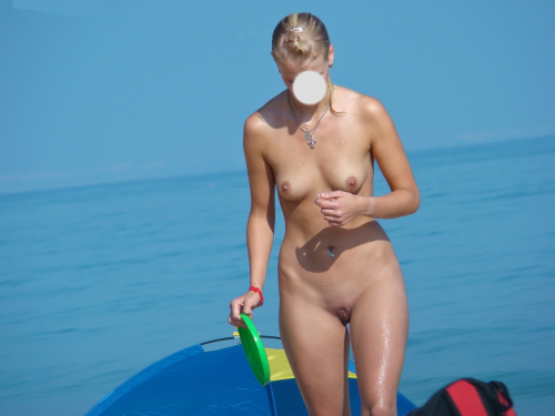 une blonde naturiste