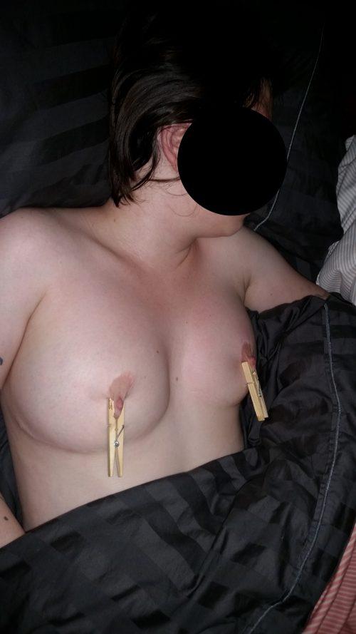 pinces à linge sur les seins
