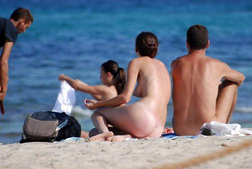 les fesses d'une belle nudiste