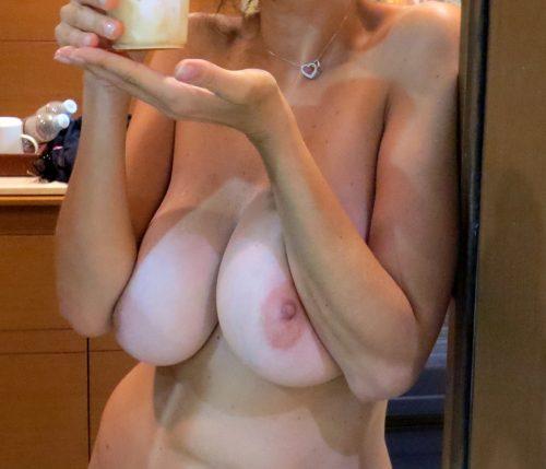 les gros seins de sa femme nue