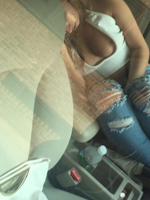 les tétons d'une inconnue endormie
